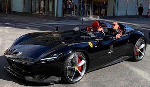 Zlatan Ibrahimovic cưỡi siêu xe Ferrari trên đường phố Thụy Điển