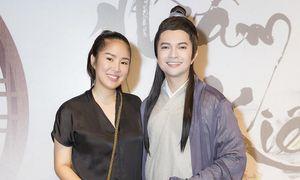 Sân khấu của NSND Hồng Vân sáng đèn lại sau dịch, nhiều nghệ sĩ đến ủng hộ