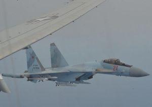 Cận cảnh màn 'uy hiếp thiếu chuyên nghiệp' của Su-35 Nga với P-8A Mỹ