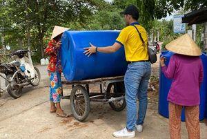 Người dân miền Tây phấn khởi nhận bồn chứa nước kịp đón những cơn mưa đầu mùa