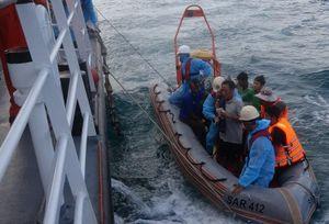 Cứu nạn thành công 13 ngư dân Bình Định bị chìm tàu về Đà Nẵng