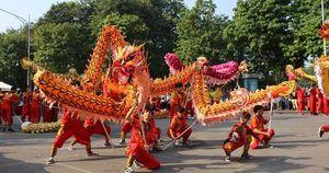 Trình diễn múa rồng truyền thống tại không gian đi bộ khu vực hồ Hoàn Kiếm
