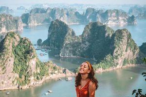 Vẻ đẹp của vịnh Hạ Long - nơi sở hữu gần 2.000 hòn đảo lớn nhỏ