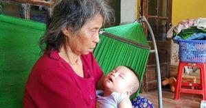 Thắt lòng cảnh bà nội bế cháu trai 5 tháng tuổi bơ vơ tìm sữa