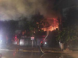 Quán Pub ở TP Vinh bất ngờ cháy dữ dội vào lúc 2h sáng