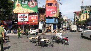 Xe Mercedes tông liên hoàn giữa phố Hà Nội, 2 người bị thương