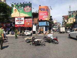Ô tô Mercedes tông văng 4 xe máy trên phố cổ Hà Nội, 2 người nhập viện