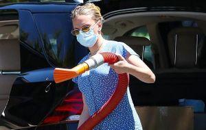 'Cô đào' Scarlett Johansson mặc đồ giản dị, tự rửa xe giữa trời nắng
