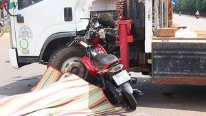 Xe tải cẩu va chạm xe máy, hai thanh niên ở Bình Phước thương vong