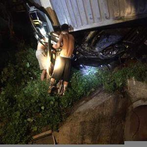 Quảng Ninh: Xe Limousine bị container đè bẹp nát, 3 người tử vong thương tâm