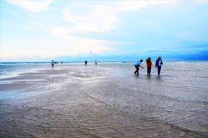 Theo chân thủy triều xuyên biển