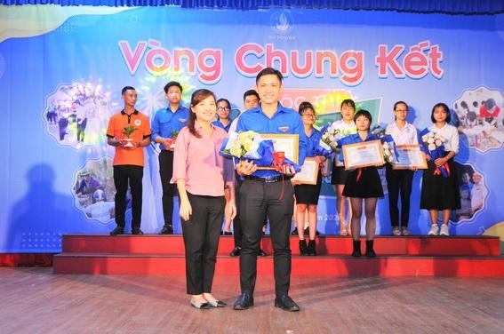 Thí sinh Sú Ngọc Vinh đoạt giải Nhất cuộc thi ý tưởng tình nguyện sinh viên Đồng Nai
