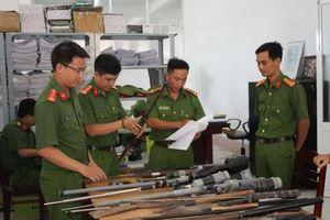 Vận động người dân giao nộp vũ khí, vật liệu nổ, công cụ hỗ trợ