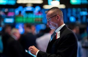 Nghi ngờ về triển vọng phục hồi kinh tế khi số ca mắc Covid-19 tăng cao, Dow Jones giảm 710 điểm