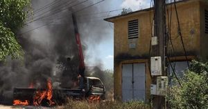 Cẩu bia mộ vướng dây điện, tài xế tử vong thương tâm trên xe cẩu cháy rụi