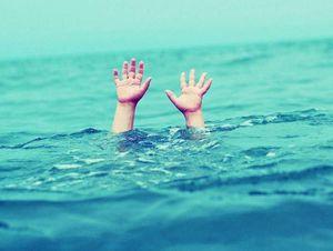 Bé trai tử vong tại bể bơi vì đi tìm bố và anh trai