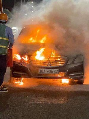Xe Mercedes bất ngờ bốc cháy ngùn ngụt trên cầu Bạch Đằng