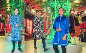 Ngọc Tình và cầu thủ Việt kiều diễn áo dài trên phố đi bộ Nguyễn Huệ