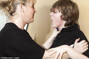 Báo động nạn con cái bạo hành cha mẹ trong mùa dịch COVID-19 tại Anh