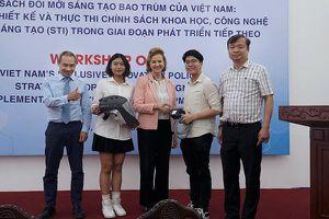Hai học sinh Việt sáng chế chiếc mũ độc đáo chống dịch Covid