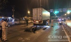 Chạy xe máy trong làn ô tô rồi ngã vào gầm container, 2 người thương vong