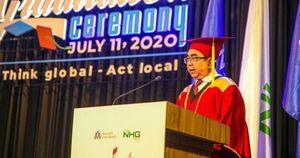 Thầy hiệu trưởng phát biểu một lúc 3 ngôn ngữ Anh – Pháp – Việt tại lễ tốt nghiệp, sinh viên ngồi dưới chỉ biết trầm trồ