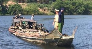 Dùng đò máy gắn vòi rồng để 'rút ruột' lòng sông Hương