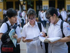 Học sinh Hà Nội bước vào môn thi đầu tiên kỳ tuyển sinh lớp 10