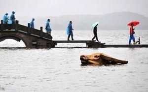 Tượng Trâu Vàng nổi tiếng Trung Quốc chìm trong lũ lụt lịch sử