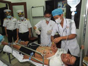 Trung tâm y tế thị trấn Trường Sa cấp cứu ngư dân bị giảm áp do lặn biển
