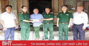 Đại tá Nguyễn Tất Nhân trao quà cho các gia đình chính sách ở Hà Tĩnh