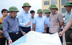 Bộ trưởng Bộ Nông nghiệp và Phát triển nông thôn thị sát tình trạng hạn hán ở Nghệ An