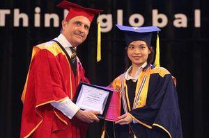 Tổng lãnh sự Pháp tham dự lễ tốt nghiệp của Trường ĐH Hoa Sen