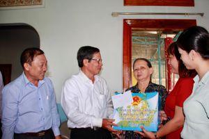Ông Trần Ngọc Thanh thăm, tặng quà gia đình chính sách huyện Cam Lâm