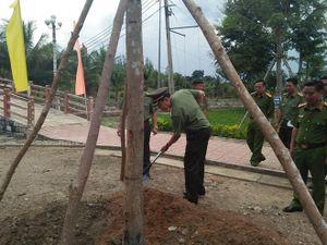 Thứ trưởng Lê Tấn Tới tặng quà gia đình chính sách và trồng cây lưu niệm