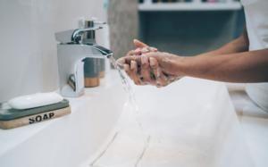Tại sao rửa tay bằng xà phòng là cách ngừa COVID-19 tốt nhất?