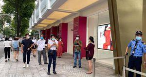Ngày đón khách đầu tiên của MUJI tại Sài Gòn, không truyền thông rầm rộ nhưng dòng người xếp hàng dài cách nhau 2m vẫn nối đuôi như 'vô tận'