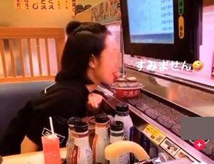 Thè lưỡi liếm đĩa sushi trên băng chuyền, cô gái Việt bị dân mạng 'ném đá'