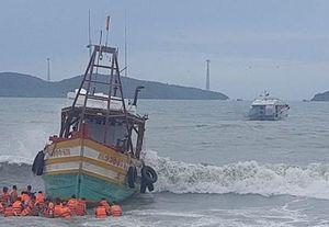Cán bộ, chiến sĩ Vùng 5 Hải quân kịp thời kéo tàu cá Kiên Giang mắc cạn