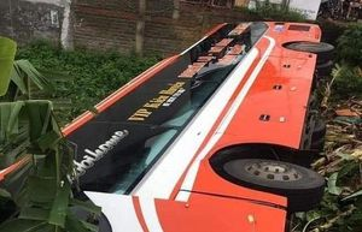 Phú Thọ: Xe ô tô giường nằm lao xuống ruộng