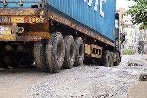 Cận cảnh 'hố bom' tử thần trên con đường đau khổ bậc nhất ở Hà Nội