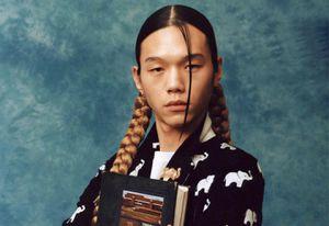 Mẫu nam tết tóc nữ tính, chụp ảnh kỷ yếu trên tạp chí Hàn Quốc