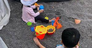 Con trai vừa trổ tài cắt dán, Hà Tăng đã đầu tư hẳn một góc sáng tạo nhìn là biết phong cách nhà giàu dạy con