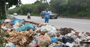 Hà Nội: Ùn ùn đổ trộm phế thải trên Đại lộ Thăng Long