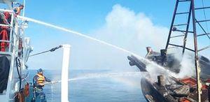 Lực lượng Hải quân và Biên phòng kịp thời cứu nạn tàu cá Kiên Giang bị cháy