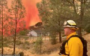 California 'đỏ lửa' vì hàng trăm đám cháy rừng