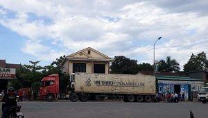 Tin giao thông ngày 25/8: Va chạm với xe tải, nữ cán bộ ngân hàng tử vong; 1 người bị thương khi xe limousine đâm đổ cột điện va vào nhà dân