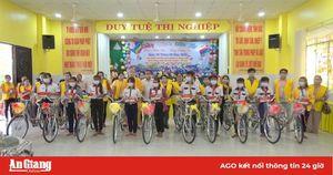 Tặng 50 xe đạp cho học sinh nghèo vượt khó học giỏi huyện Tịnh Biên.