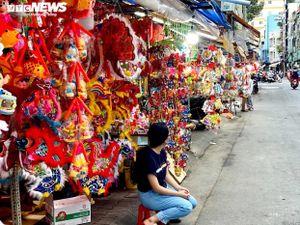 Người bán đông hơn người mua, tiểu thương buôn lồng đèn ở Sài Gòn thấp thỏm lo ế
