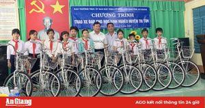 Ban Thường trực UBMTTQVN tỉnh An Giang tặng 50 xe đạp cho các học sinh nghèo huyện Tri Tôn